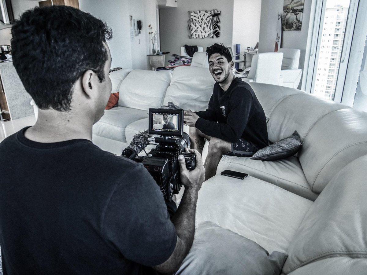 Henrique Daniel e Gabriel Medina durante gravações do programa Mundo Medina do Canal Off