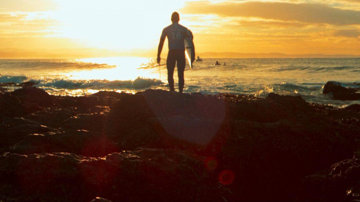 Gabriel Medina caminhando no por do sol durante etapa da WSL