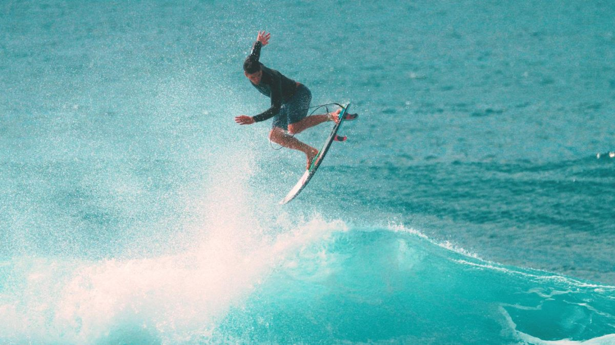 Gabriel Medina surfa onda no Havaí