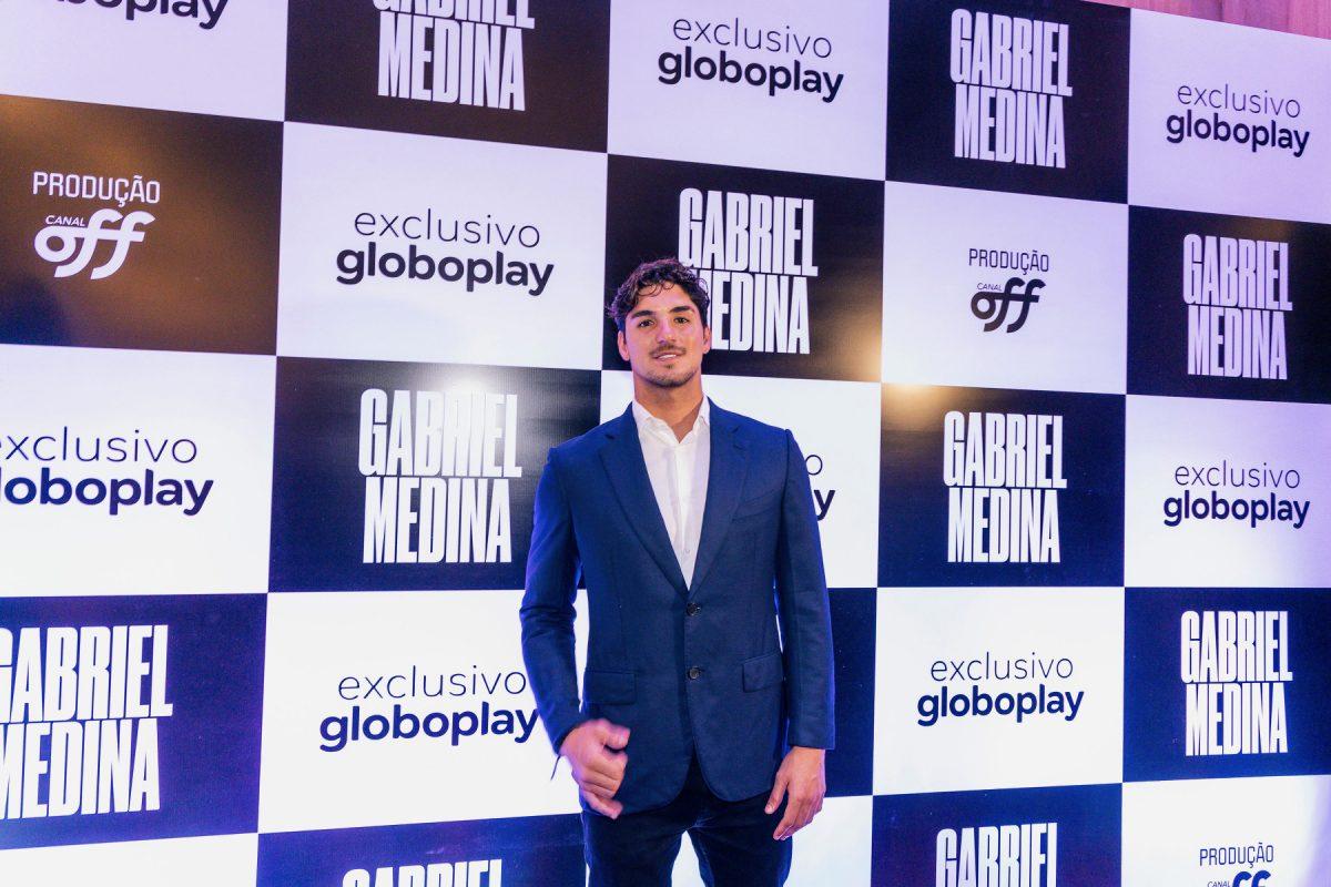 Gabriel Medina em frente ao backdrop Globoplay e Canal Off