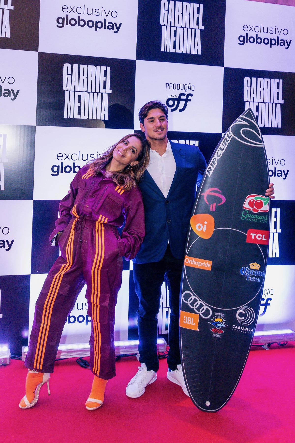 Gabriel Medina e Anitta no pré-lançamento do filme