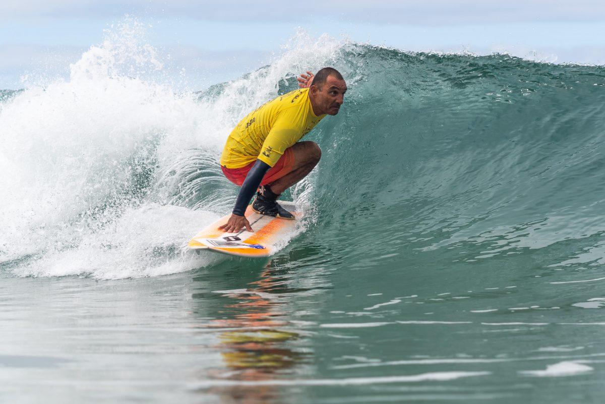 Alcino Pirata surfando durante etapa de mundial de surf adaptado na Califórnia