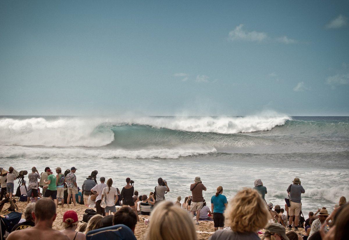 público assiste onda quebrar em Pipeline no Hawaii