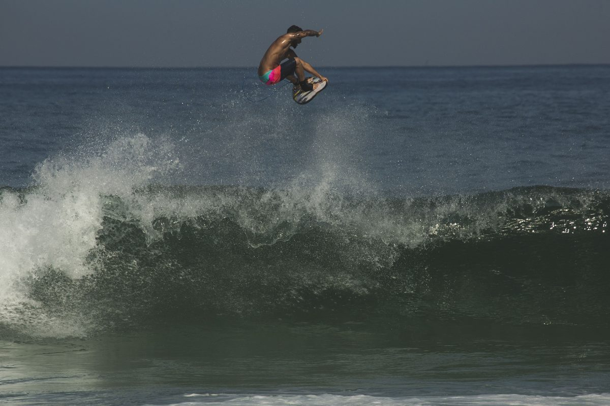 Surfista Italo Ferreira dando aéreo em Saquarema