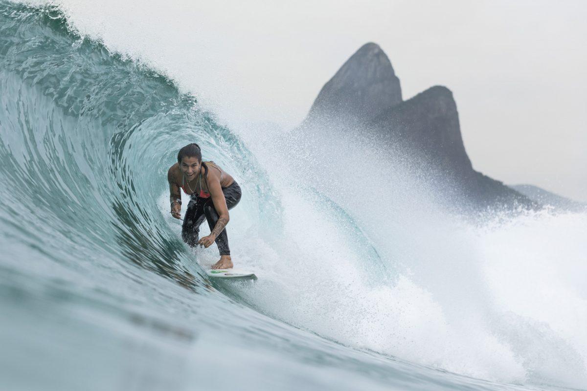 Surfista Silvana Lima pegando tubo em Ipanema