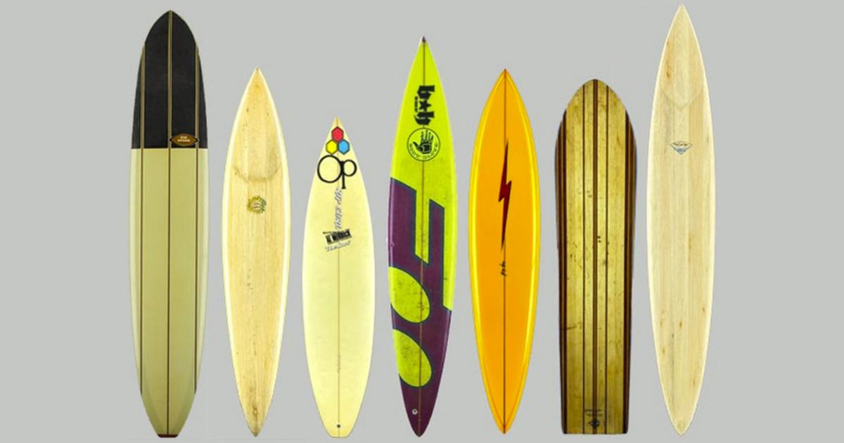 Sete pranchas antigas em fundo cinza ilustram notícias do surf na semana