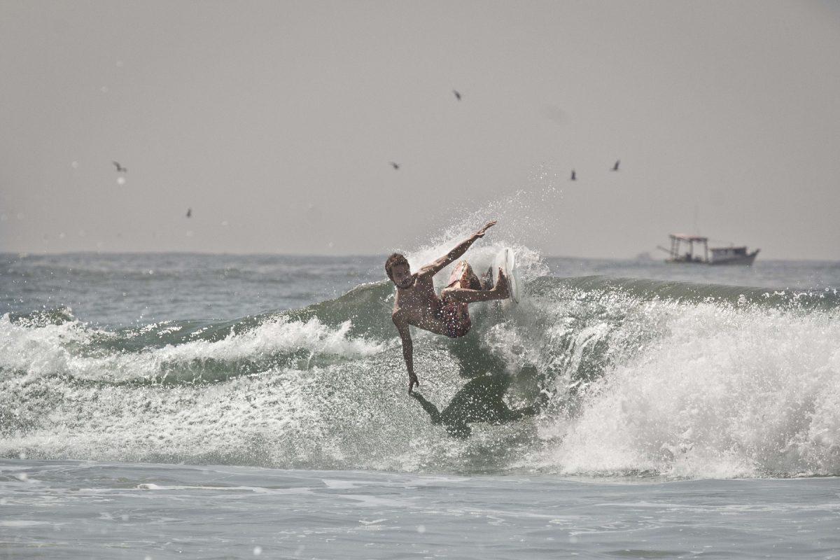 Surfista Icaro Rodrigues surfando no Guarujá