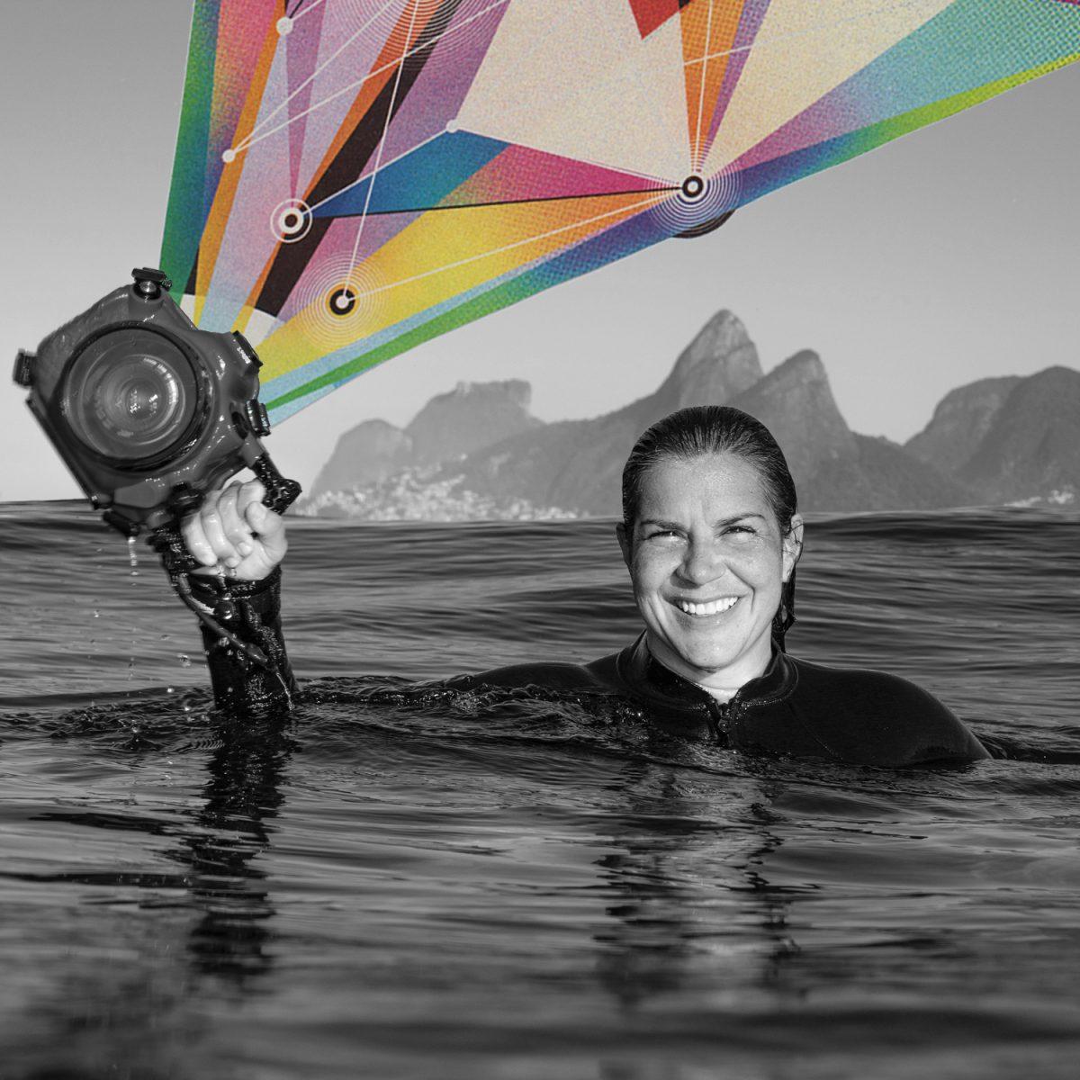 Colagem sobre retrato pb da fotógrafa Ana Catarina com a caixa estanque na mão dentro do mar