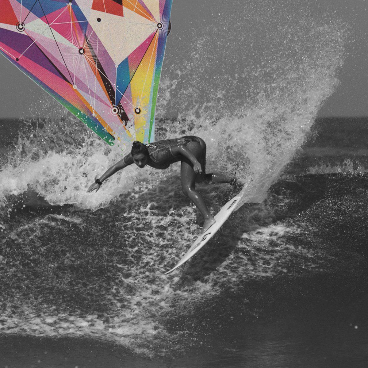 Colagem com foto em preto e branco da surfista Tainá Hinchel surfando durante trials do CT em Saquarema