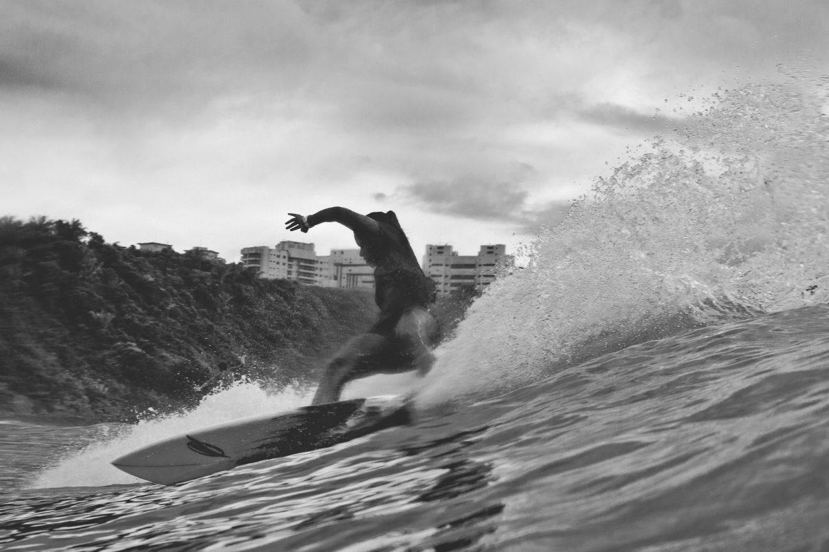 Surfista Julia Santos surfando em swell de inverno