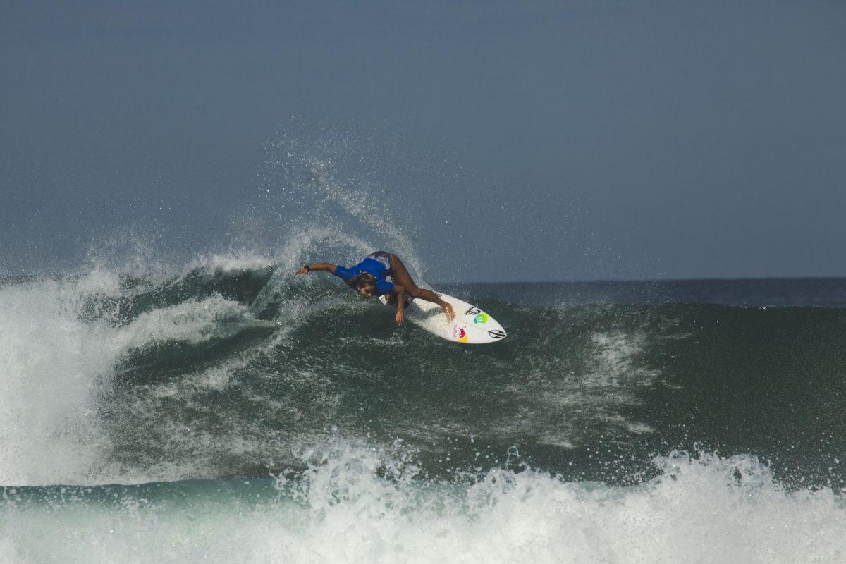 Tainá Hinckel surfando em Saquarema