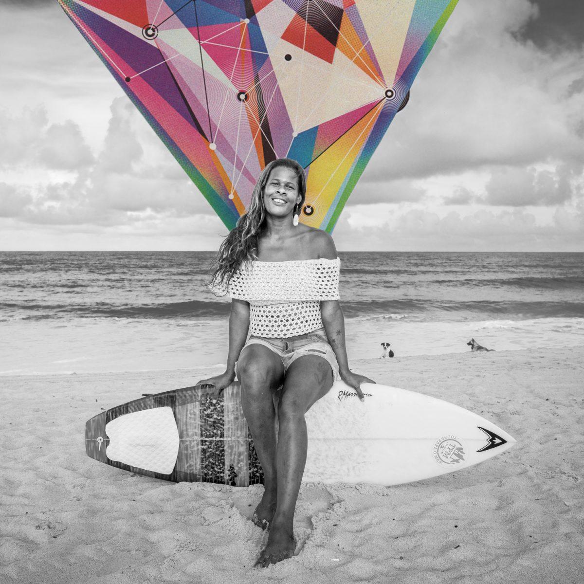 Surfista Nuala Costa sentada sobre prancha de surf na areia de Maracaípe em foto pb de Edvaldo Medeiros