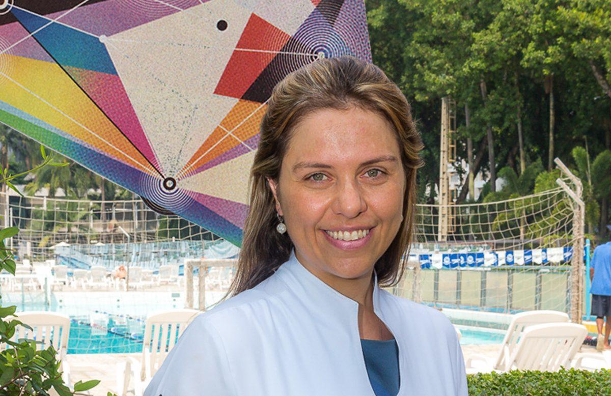 Ginecologista Tathiana Parmigiano em frente a uma piscina