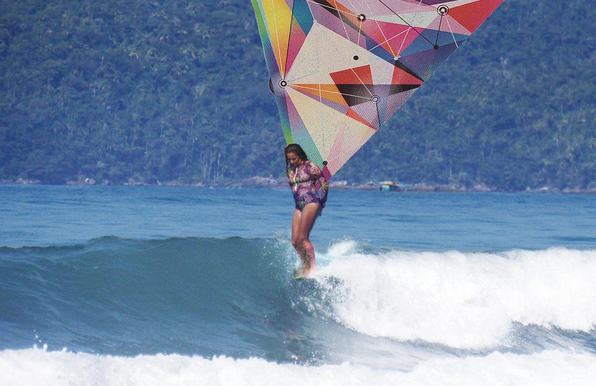 Renata Porcaro surfando de longboard em capa de podcast sobre como ler previsão de ondas