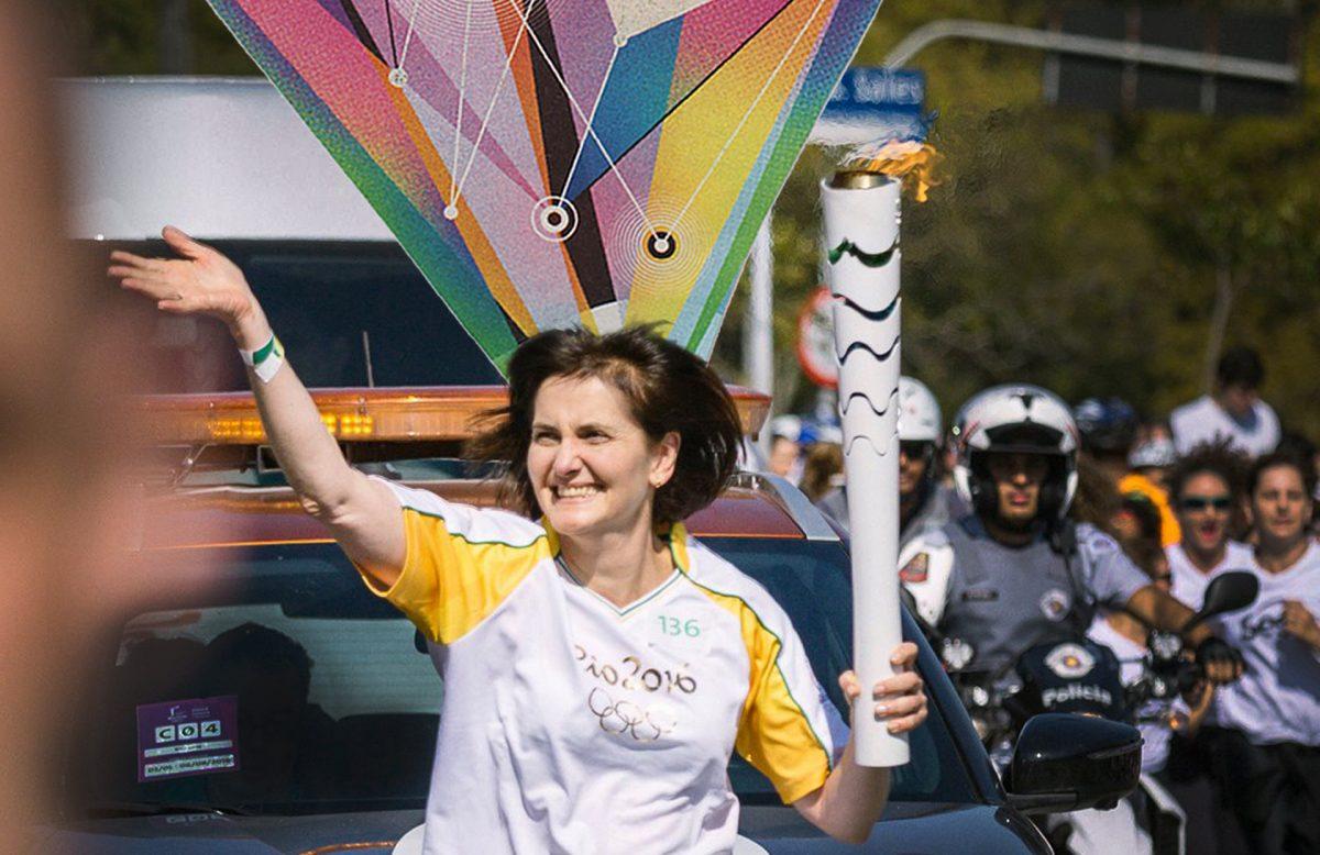 Katia Rubio com a tocha olímpica em foto de Renato Aoki