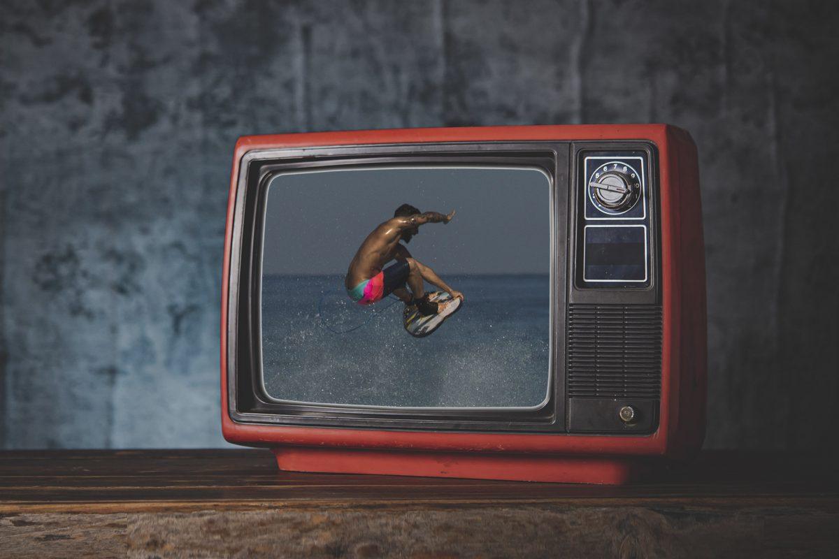 surf olimpíadas aéreo Ítalo Ferreira em tela de tv